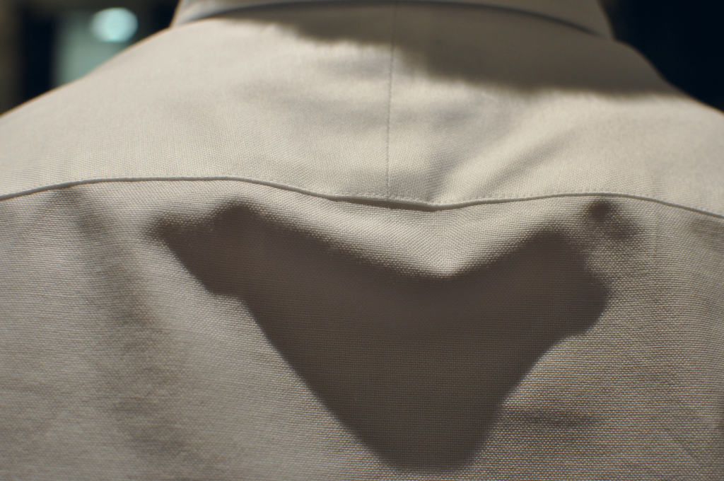 Close up image of the weave. You can see the split yoke running down between the shoulder blades (vertical seem directly beneath the collar)